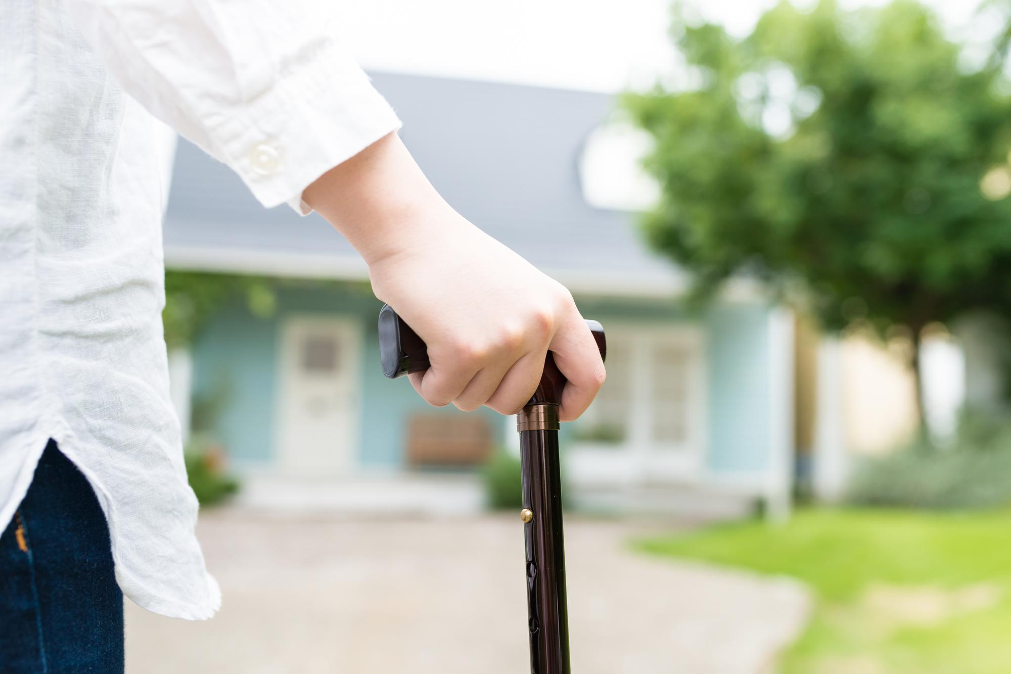 杖の種類と特徴|目的別に上手に選んで足腰への負担を軽減! | 知って ...